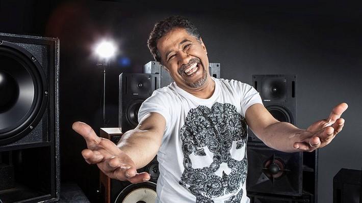 chanteur cheb khaled qui tend les bras
