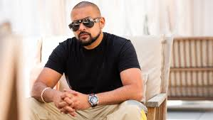 sean paul sitting black tshirt and shades